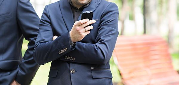 Homem Usando Picpay App de pagametos